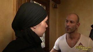 Beurette Video – Elle porte le Hijab en sucant un mec blanc